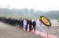 越南国会代表拜谒胡志明主席陵墓(组图)