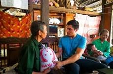 """美国教师与在越南""""点燃希望""""之旅"""