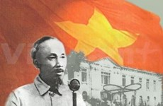 在墨西哥推介越南革命书籍和越南画报