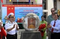 越南广义省接收长沙群岛的主权石头和方形果榄仁树