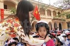 昆廷•布莱斯总督向越南小学生赠送1000个安全帽
