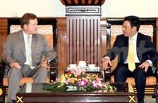 越南国会副主席和外交部长会见美国参议员吉姆•韦布