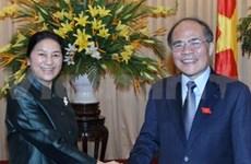 国会主席阮生雄与老挝国会主席巴妮•亚陶都举行会谈