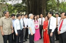 越共中央总书记探访越南《人民报》报社和《共产》杂志社