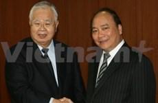 越南政府副总理阮春福与日本经济团体联合会主席举行会谈