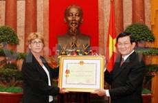 越南向雷蒙德·奥布拉克家庭授予胡志明勋章