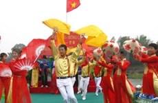 越中青年界河对歌联欢活动在北仑河上举行