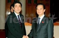 越南政府总理阮晋勇与日本首相安倍晋三举行电话会谈
