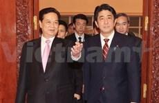 越南政府总理阮晋勇与日本首相安倍晋三举行会谈