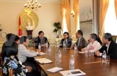 越南副外长阮青山会见越南旅居德国越南人协会和团体代表