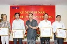 """越通社干部人员被授予""""为越南红十字会事业""""纪念章"""