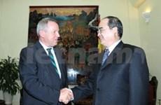 越南政府副总理阮善仁会见越德大学理事会代表团