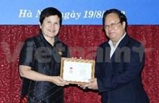 """越南授予加拿大驻越大使""""为各民族和平友谊""""纪念章"""
