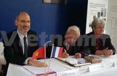 越南阮文校荣获法国的荣誉博士学位证书
