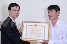 越南外交部向国家海洋与岛屿主权资料捐赠者授予奖状