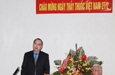 2·27医师节:阮善仁探望慰问越南医学总会医务工作者