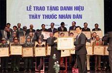 张晋创主席向67个人授予人民医生称号