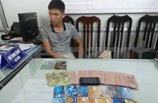 越南河内市公安厅逮捕从取款机偷窃金钱的外籍犯罪嫌疑人