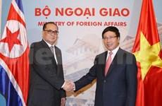 越南政府副总理范平明与朝鲜外务相李洙墉举行会谈