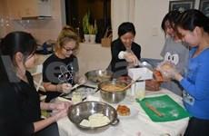 在澳大利亚读书的越南留学生举办月饼义卖活动