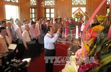 胡志明代表团在金莲遗迹区向胡伯伯敬香