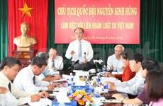 越南国会主席阮生雄:不断提高律师在诉讼中的法律地位