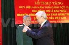 越共中央总书记向黎可漂同志授予65年党龄徽章