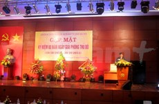 越南国家主席同河内市曾被敌人逮捕和监禁革命战士会面