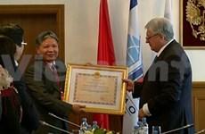 越南国家主席向俄莫斯科斯科国际关系学院教师授予友谊勋章