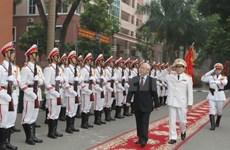 越共中央总书记:建设越南人民安全学院成为大型的培训和科研中心