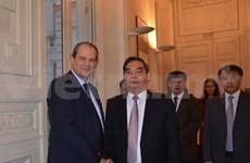 越共中央书记处常务书记黎鸿英访问法国