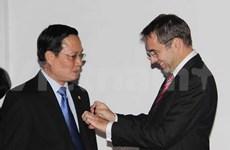越南两名教育干部荣获法国棕榈教育骑士荣誉勋章