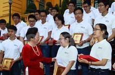 越南国家副主席会见国际奥林匹克竞赛获奖学生代表团