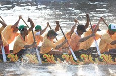 茶荣省高棉族同胞传统龙舟赛会开赛现场气氛热闹非凡