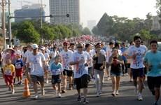 越南胡志明市数万人踊跃参加慈善跑步活动