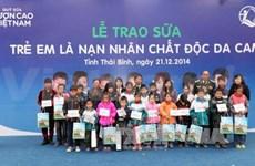 越南乳制品公司给太平省橙毒剂受害儿童送牛奶