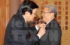越南国家主席张晋创向原国家主席陈德良授予55年党龄纪念章
