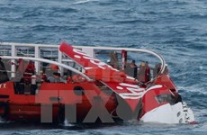 印尼搜救队努力把失事亚航客机机身从海底打捞出水