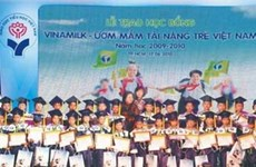 VINAMILK:15亿越盾奖学金支持小学学业