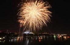组图:河内和胡志明市燃放烟花迎新年  璀璨夺目照亮天空