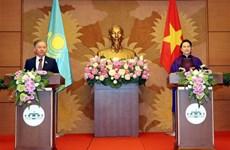越南国会主席阮氏金银与哈萨克斯坦议会下院议长尼格马图林举行会谈