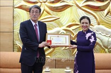 """越南向日本驻越大使梅田邦夫授予""""致力于各民族和平友谊""""纪念章"""