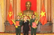 越共中央总书记、国家主席阮富仲向中将晋升上将军衔的军官颁发命令状