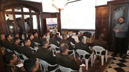 阿根廷国防学院学生了解越南历史和风土人情