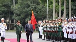 蒙古国国防部长对越南进行正式访问