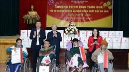 陈国旺向南定省贫困家庭和橙剂受害者送上春节慰问品