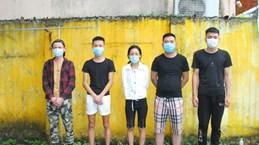 老街省截获承载非法入境越南的10名中国人的两辆汽车