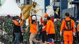 印尼客机坠毁事件:首个遇难者的身份和黑匣子位置确认
