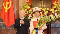 越共中央总书记、国家主席阮富仲向公安部副部长授予上将军衔的命令状