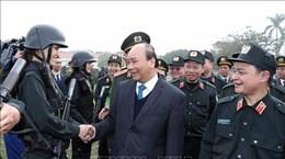 越南政府总理阮春福视察机动警察部队的战备情况
